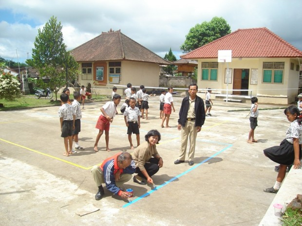 Preparing basketball court SD4 Pelaga 2011