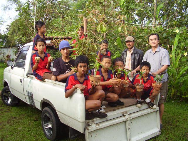 Robbie Lichtenberg with students from SD1 Baturiti